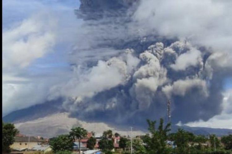 Gunung Sinabung di Kabupaten Karo, Provinsi Sumatera Utara, yang pada Minggu (17/1/2021) petang kembali mengalami erupsi.