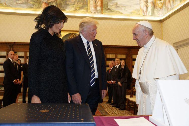 Paus Fransiskus bertukar cindera mata dengan Presiden Amerika Serikat Donald Trump yang didampingi Ibu Negara Melania di Vatican City, Rabu (24/5/2017).