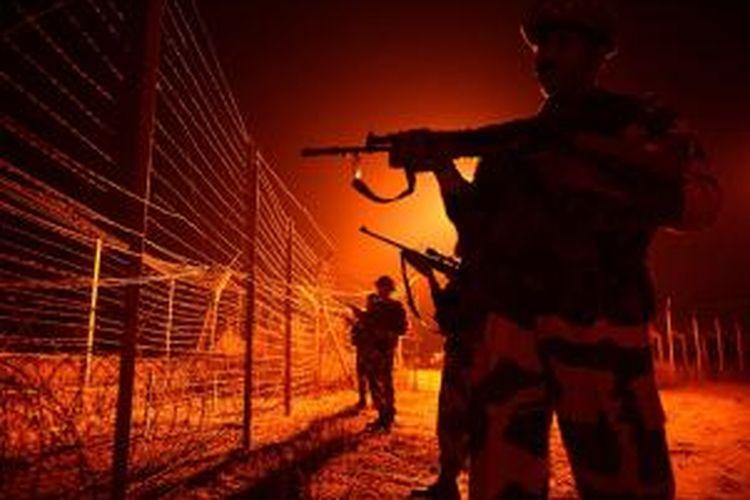 Pasukan penjaga perbatasan India berjaga di salah satu lokasi di perbatasan Kashmir. Kawasan pegunungan Kashmir terbagi dua antara India dan Pakistan, namun kedua negara selalu berupaya menguasai seluruh wilayah Kashmir.