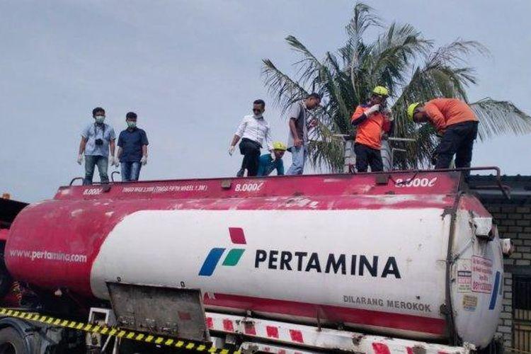 OLAH TKP - Polisi meneliti lokasi tewasnya dua pekerja dalam truk tangki Pertamina L 9723 UN di Dusun Pereng Desa Purworejo Kecamatan Jenu, Tuban, Jawa Timur, Senin (3/6/2019) siang.