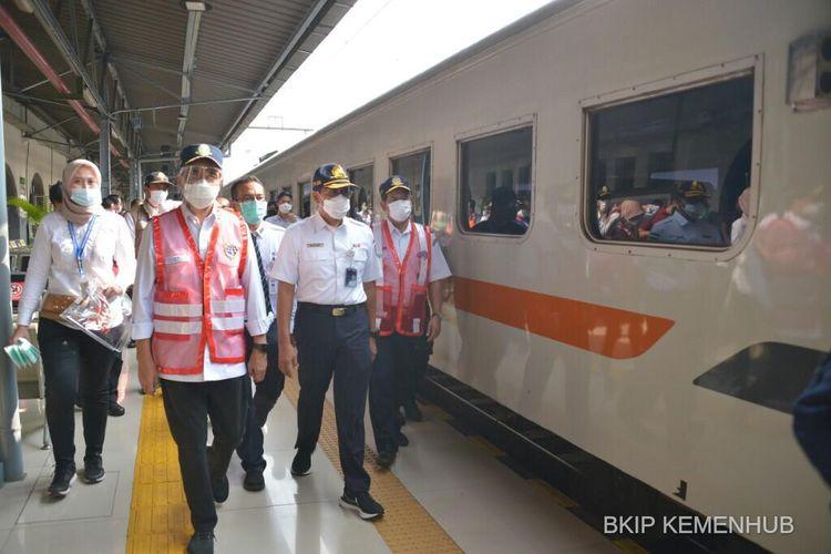 Menteri Perhubungan Budi Karya Sumadi saat meninjau penerapan kebijakan larangan mudik di Stasiun Kereta Api Pasar Senen, Sabtu (8/5/2021).