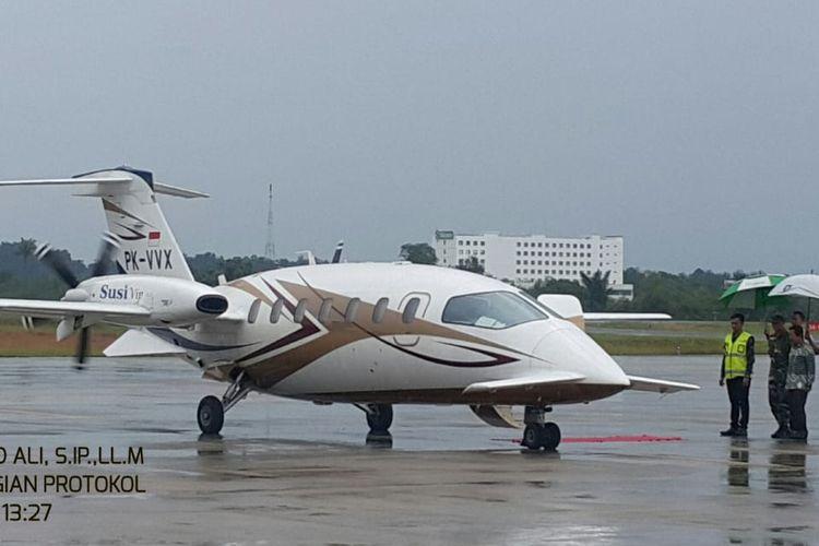 Menteri KKP Susi Pudjiastuti di Bandara Depati Amir terbang menggunakan pesawat pribadi, Kamis (25/4/2019).