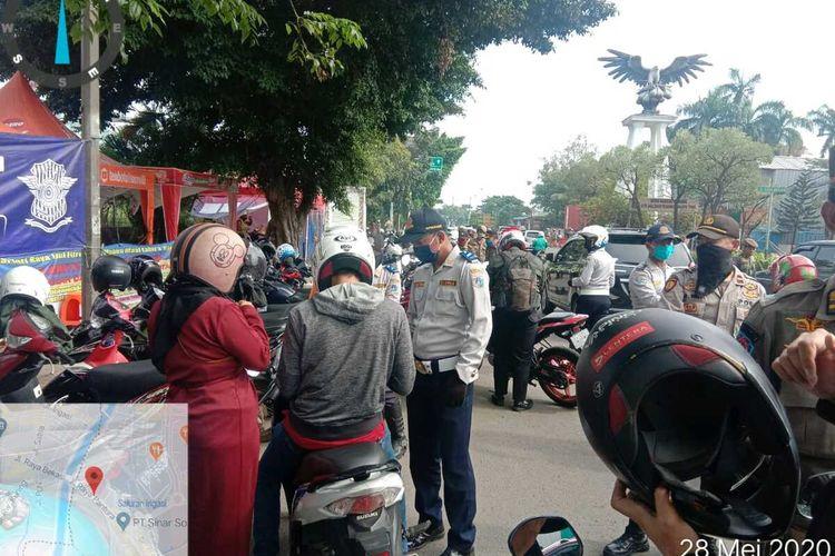 Giat petugas Suku Dinas Perhubungan Jakarta Timur penyekatan larangan mudik dan PSBB di Jalan Raya Bekasi, Cakung, Jakarta Timur, Kamis (28/5/2020).