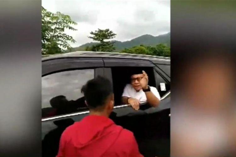 Bupati Mamuju saat berbicara dengan warga yang melakukan protes jalan rusak.