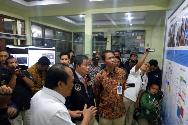 Menteri ESDM Ignasius Jonan saat mendengarkan penjelasan Kepala PVMBG Kasbani terkait situasi terkini aktivitas Gunung Merapi di pos pantau Kaliurang Yogyakarta, Rabu (12/12/2018).