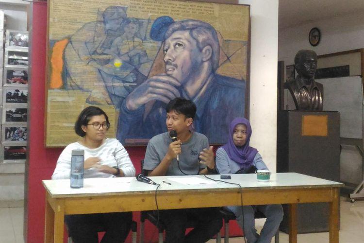 (Kiri-kanan) Fatia Maulidiyanti (Desk International KontraS), Rivanlee Anandar (Tim Riset KonstraS), dan Yetty (Ikatan Keluarga Orang Hilang Indonesia) di gedung KontraS, Jakarta, Jumat (7/12/2018).