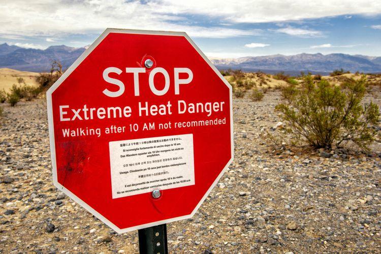 Papan peringatan mengenai panas ekstrem di Death Valley