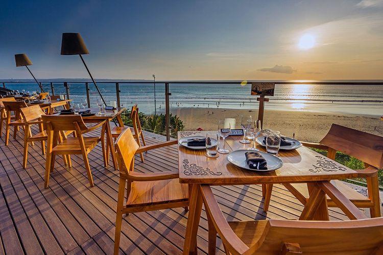 Makan malam romantis di MoonLite Kitchen and Bar, restoran tepi laut di Seminyak
