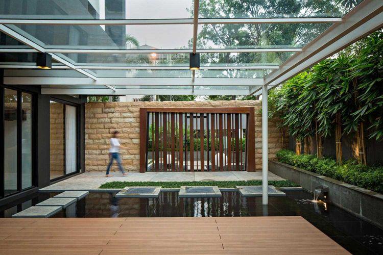 Taman dengan kolam pada S + I House karya DP + HS Architects