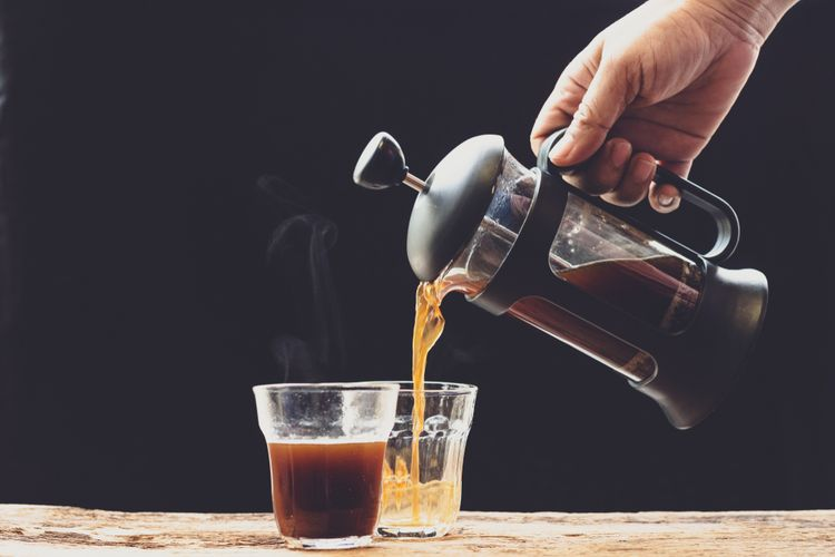 Ilustrasi seseorang menuangkan kopi yang dibuat dengan french press.