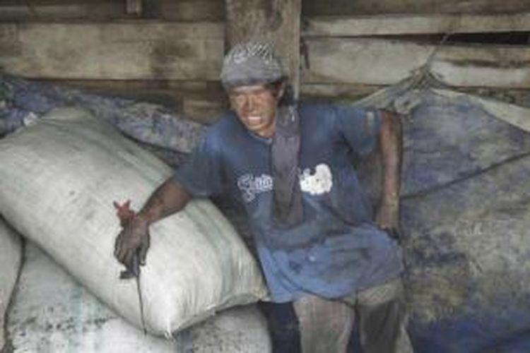 Buruh melakukan aktivitas bongkar muat di Pelabuhan Sunda Kelapa, Jakarta, Kamis (1/5/2014). Mereka tetap masuk bekerja meskipun pemerintah menetapkan pada Hari Buruh Internasional sebagai hari libur nasional.