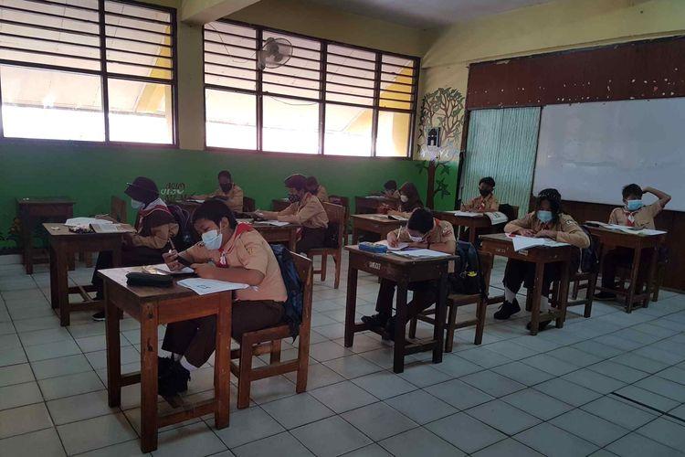 Suasana hari pertama sekolah tatap muka di SDN Duri Kepa 03, Jakarta Barat, Rabu (9/6/2021).
