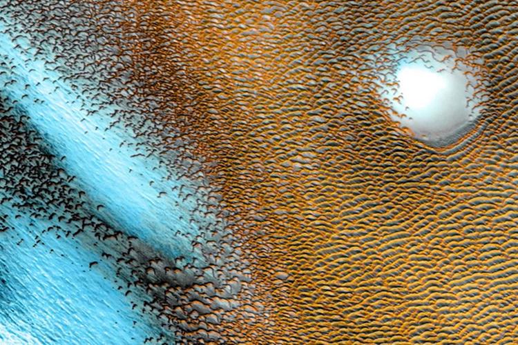 NASA bagikan foto pola biru di kutub Mars.