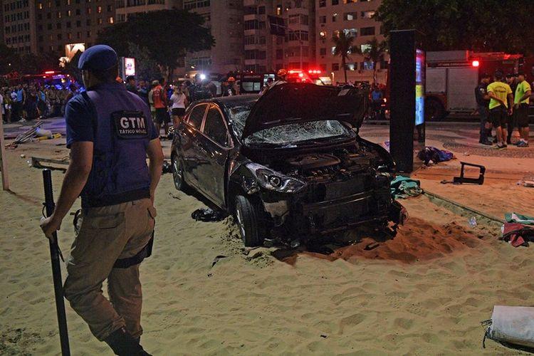 Kecelakaan mobil digambarkan di pantai Copacabana, Rio de Janeiro, Brasil, Kamis (18/1/2018). (AFP/Carl de Souza)