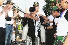 Kala Wali Kota Jakarta Barat Digendong Ketua RW