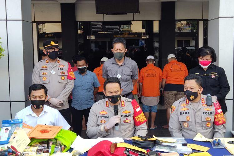 Polres Metro Bekasi ungkap pelaku curanmor dengan barangbukti 25 sepeda motor, selasa (27/9/2021).