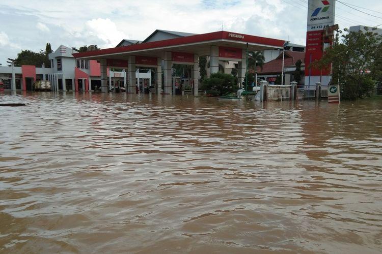 Sebuah pom bensin di Jalan Pangkal Perjuangan, Bypass, Karawang terendam banjir pada Minggu (21/2/2021).