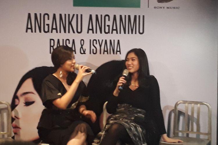 Raisa dan Isyana meluncurkan singel kolaborasi merek yang berjudul Anganku Anganmu di Brewerkz Senayan City, Jakarta Selatan, Kamis (29/3/2017).