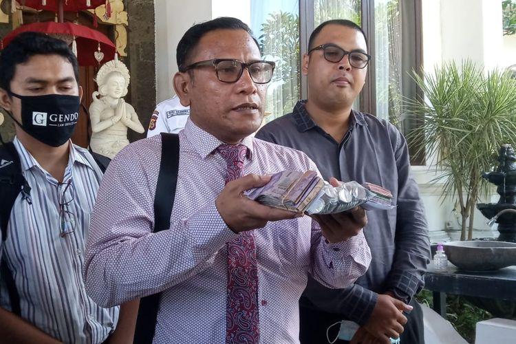 Tim kuasa hukum Jerinx saat membawa uang denda ke Kejaksaan Negeri Denpasar