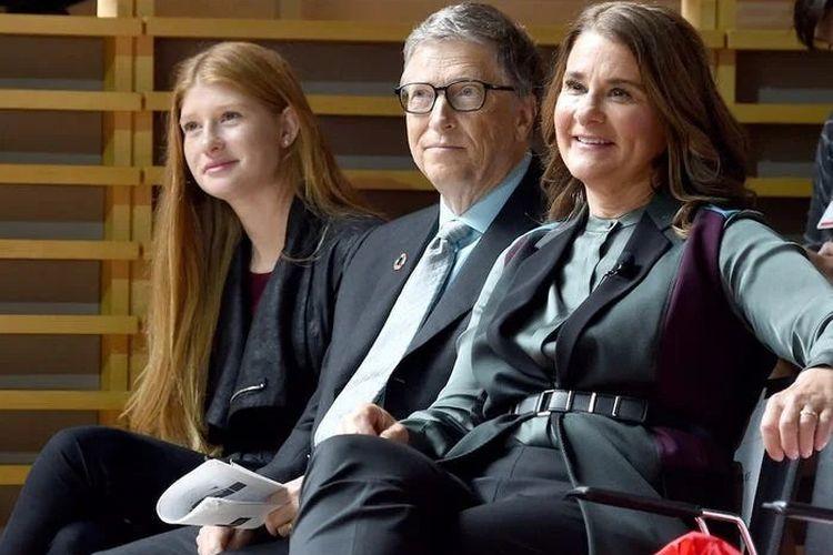 Bill dan Melinda Gates bersama putri sulungnya Jennifer di New York, September 2017.