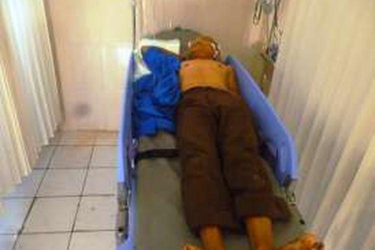 Slamet Wahono (56) warga Kalitaman, Salatiga, terbaring di RS Dr Asmir (DKT) Salatiga, Kamis (19/5/2016). Slamet adalah salah satu korban penganiayaan yang dilakukan Wahyu Setyo Budi (31) alias Balong.
