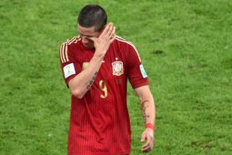 Striker Spanyol, Fernando Torres, terlihat menyeka air matanya seusai laga melawan Cile pada pertandingan lanjutan Grup B Piala Dunia 2014 di Stadion Maracana, Rabu atau Kamis (19/6/2014) dini hari WIB. Spanyol takluk 0-2 pada pertandingan tersebut.