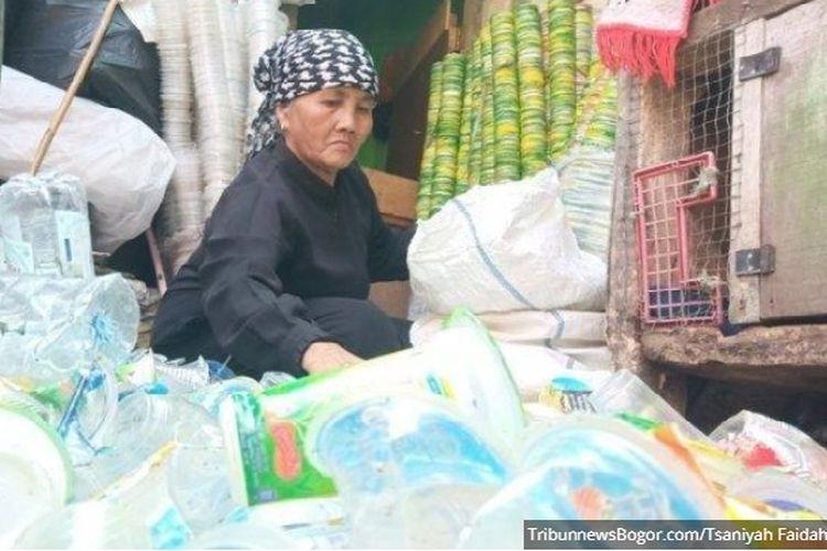 Maryani, pemulung asal Kota Bogor, saat mengumpulkan botol-botol bekas.