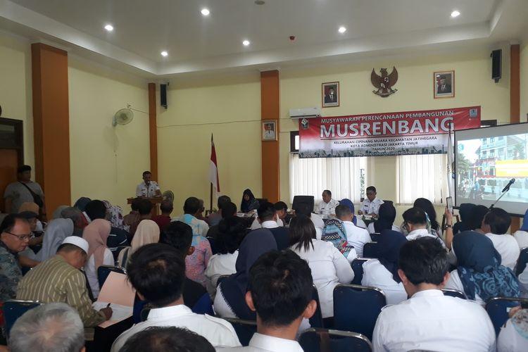 Suasana saat Musyawarah Rencana Pembangunan (Musyawarah) di Kantor Kelurahan Cipinang Muara, Jatinegara, Jakarta Timur, Rabu (12/2/2020).