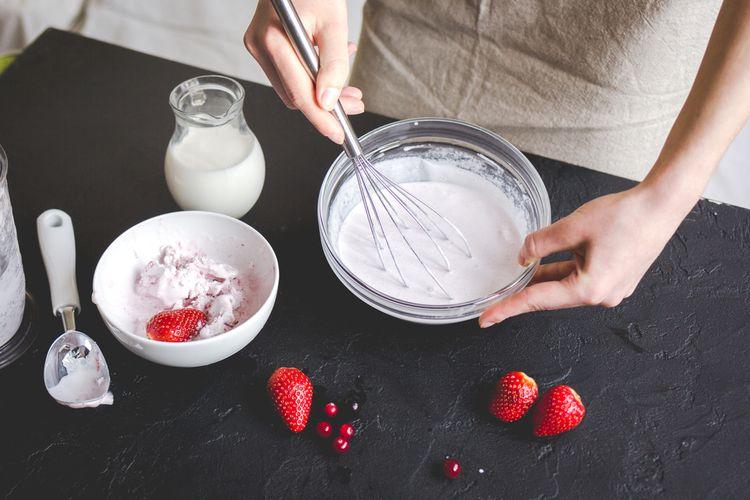 Ilustrasi bikin es krim tanpa mixer, cukup pakai hand whisk.