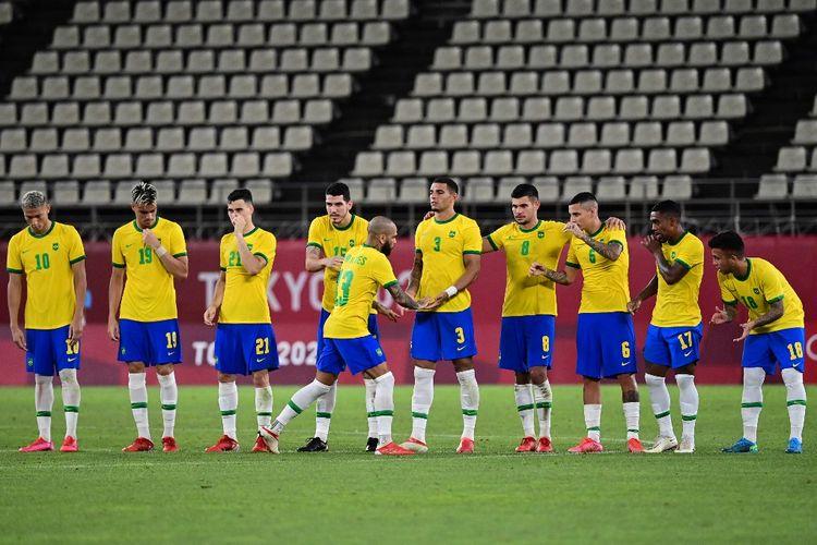 Bek Brasil Dani Alves merayakan gol penaltinya ke gawang Meksiko pada laga semifinal sepak bola putra Olimpiade Tokyo 2020 di Kashima Soccer Stadium, Selasa (3/8/2021).