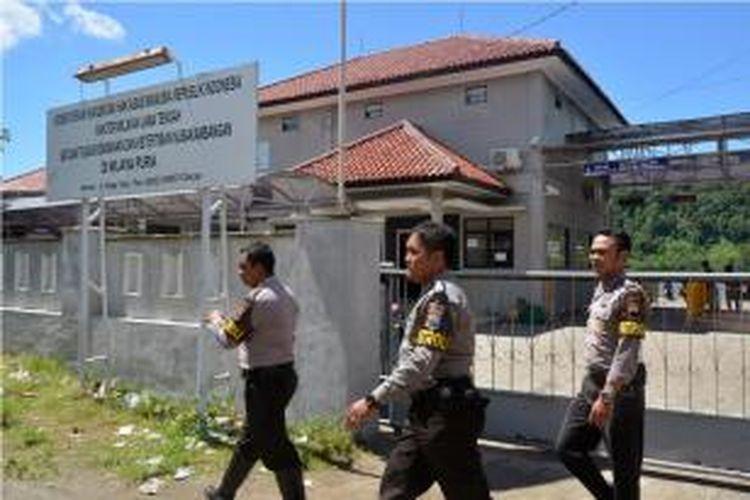 Polisi memperketat penjagaan di Lembaga Pemasyarakatan Nusa Kambangan, Cilacap, Jawa Tengah, sejak Jumat (16/1/2015) menjelang eksekusi mati sejumlah terpidana narkotika pada Minggu (18/1/2015) pukul 00.00 WIB.
