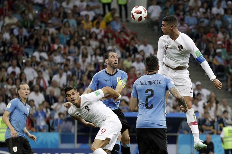 Pemain Portugal Cristiano Ronaldo menyundul bola pada laga babak 16 besar Piala Dunia 2018 melawan Uruguay di Stadion Olimpiade Fisht, Sabtu (30/6/2018) atau Minggu dini hari WIB. Portugal gagal lolos ke babak perempat final setelah ditaklukkan Uruguay dengan skor 2-1.