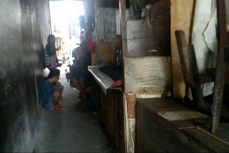 Gang sempit tempat Isa dan keluarganya tinggal.