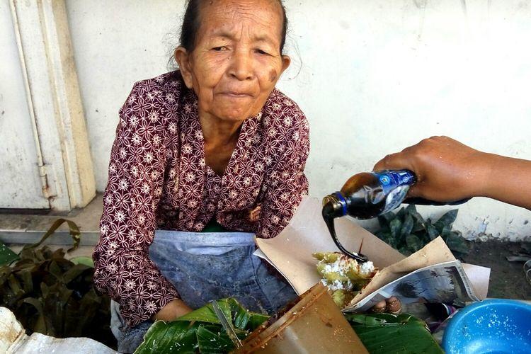 Mbah Satinem saat berjualan di jalan Bumijo, Kota Yogyakarta