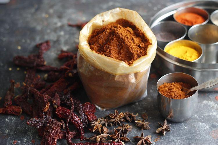 Garam masala terbuat dari racikan rempah-rempah khas India yang dikeringkan kemudian ditumbuk halus.