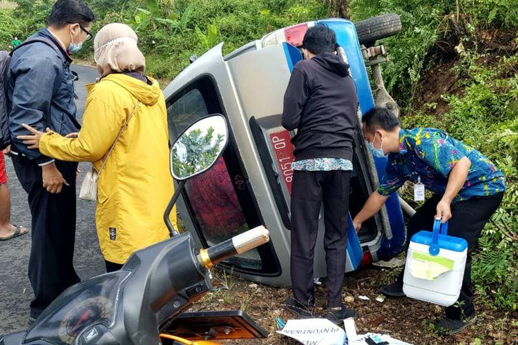 Mobil ambulan pembawa vaksin dan tenaga kesehatan Puskesmas Kecamatan Bakung, Kabupaten Blitar terguling saat dalam perjalanan menuju Balai Desa Tumpakoyot untuk melaksanakan vaksinasi kepada masyarakat, Kamis (10/6/2021)