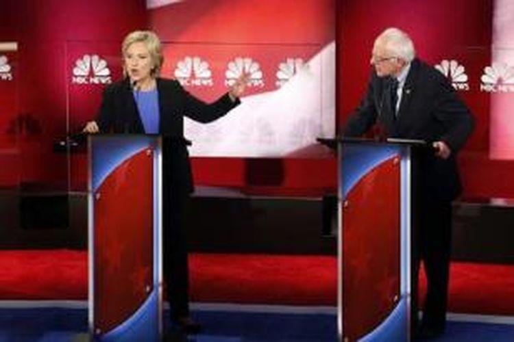 Hillary Clinton dan Bernie Sanders berdebat di Debat Capres Demokrat di Charleston, South Carolina, Senin pagi (18/01) waktu Indonesia