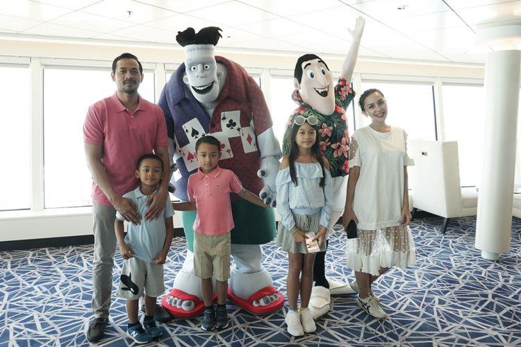 Artis peran Oka Antara bersama sang istri, Rara Wiritanaya bersama ketiga putranya saat berfoto bersama Drac dan Frank yang merupakan karakter di film animasi Hotel Transilvania 3: A Monster Vacation di Genting Dream Cruises.