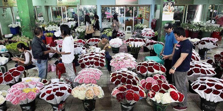 Pengunjung membeli bunga yang ditawarkan pedagang di Pasar Bunga Rawabelong, Jakarta Barat, Rabu (4/2/2015).