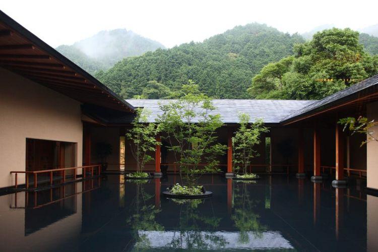 Ryokan, penginapan bergaya tradisional Jepang, dengan latar pegunungan