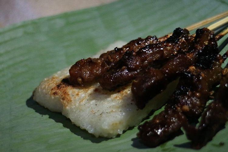 Sate Maranggi Ma Nunung salah satu kuliner khas Cianjur yang menghidangkan sate dengan nasu uduk atau ketan bakar.