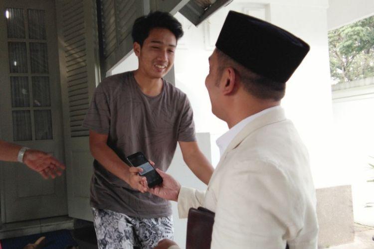 Wali Kota Bandung Ridwan Kamil saat mendapat kabar kelulusan masuk ITB dari anaknya Emmiril Khan Mumtaz di Pendopo Kota Bandung, Jalan Dalemkaum, Selasa (13/6/2017)