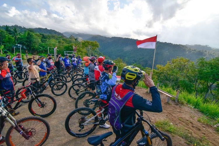 suasana upacara bendera peringatan hari kemerdekaan Indonesia ke 75 oleh komunikator sepeda gunung NTB di bukit Cacing