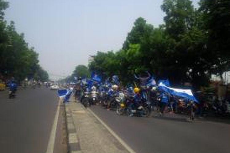 Ratusan bobotoh dari arah Priangan Timur terus memasuki wilayah Kota Bandung sejak pukul 10.00 WIB. Bobotoh yang terbagi dalam beberapa rombongan besar sempat menghalangi jalan, sehingga menimbulkan kemacetan panjang, Minggu (25/10/2015).