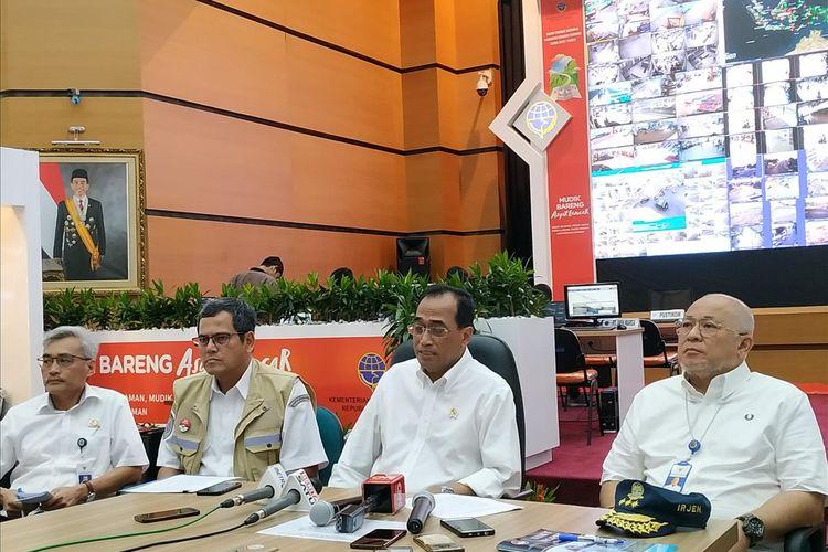 Menteri Perhubungan (Menhub) Budi Karya Sumadi, menyampaikan situasi arus mudik H-Lebaran 2019 dalam jumpa pers di Kantor Kemenhub, Jakarta, Selasa (4/6/2019).
