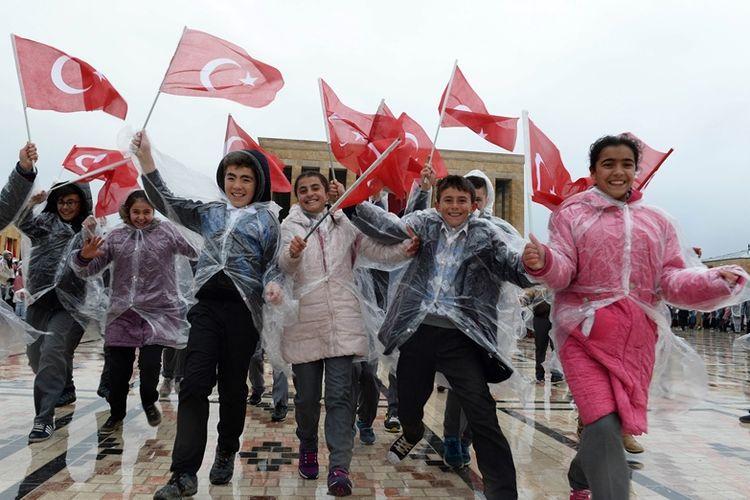 Anak-anak Turki mengibarkan bendera Turki. Badan Urusan Keagamaan Turki sempat menyebut anak usia 9 tahun sudah bisa menikah menurut hukum Islam.