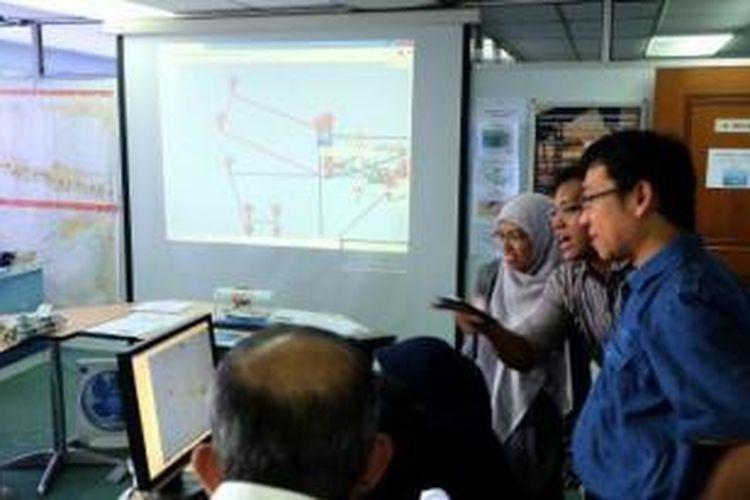 Tim dari Badan Pengkajian dan Penerapan Teknologi (BPPT) mendiskusikan pemetaan area pencarian bangkai pesawat AirAsia nomor penerbangan QZ 8501 di ruang Pusat Komando Pengendalian Operasi Kapal Riset Baruna Jaya I, Selasa (6/1), di Gedung I BPPT Jakarta.