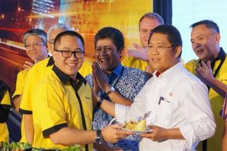 Presiden Direktur dan CEO Indosat Alexander Rusli menyerahkan tumpeng pada Menteri Komunikasi dan Informatika, Rudiantara, dalam gelaran ulang tahun Indosat, Kamis (20/11/2014).