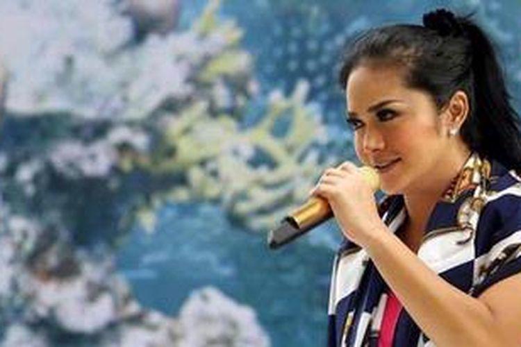 Penyanyi Krisdayanti atau KD menjalani gladi resik untuk pertunjukan Aquaphoria di Hotel Aston Marina, Taman Impian Jaya Ancol, Jakarta Utara, Senin (31/12/2012), dalam rangka pergantian tahun dari 2012 ke 2013.