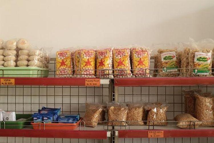 Oleh-oleh khas Lasem berupa makanan ringan seperti kacang atom, kacang entis, yopia, dan jagung.